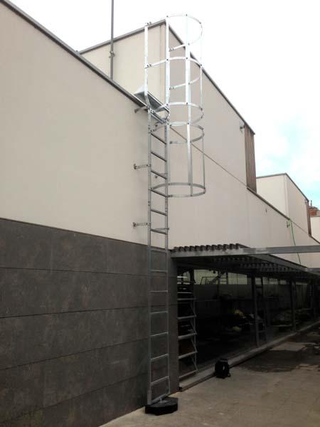Escaleras fijas modulares con o sin aros quitamiedos for Normas de seguridad para escaleras fijas